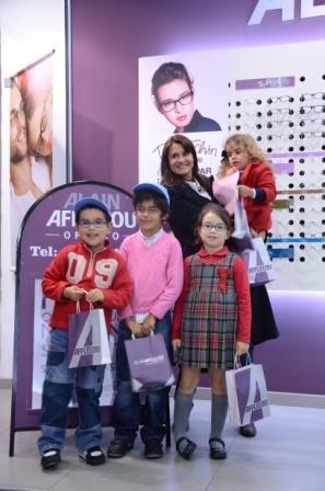Imagem da notícia: Rita Salema entrega óculos a crianças