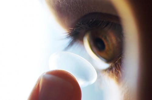 Imagem da notícia: Lentes sensíveis à luz solar substituem óculos de sol