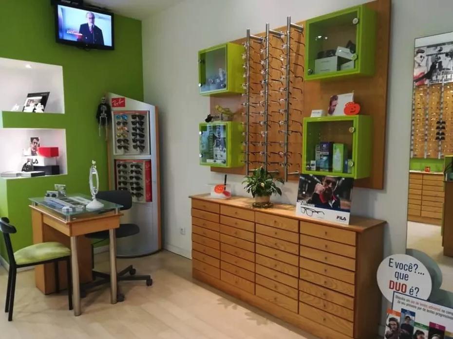 Imagem da notícia: Vende-se mobiliário de ótica