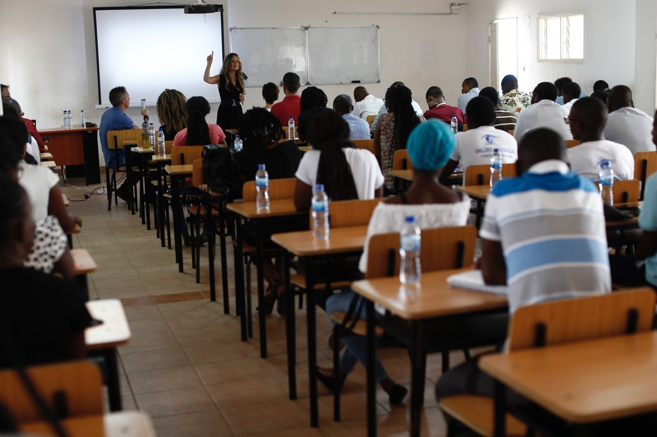 Imagem da notícia: MultiOpticas realiza palestra a alunos de Oftalmologia em Moçambique