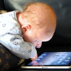 Imagem da notícia: Crianças do pré-escolar passam muito tempo em frente a ecrãs