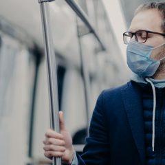 Imagem da notícia: Usar óculos reduz risco de infeção por Covid-19? Estudo diz que sim
