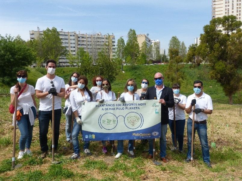 Imagem da notícia: Dia Mundial da Terra: MultiOpticas planta 600 árvores em Lisboa